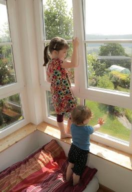 Todesgefahr fenstersturz grosse sch tzen kleine for Fenster gegen einbruch schutzen